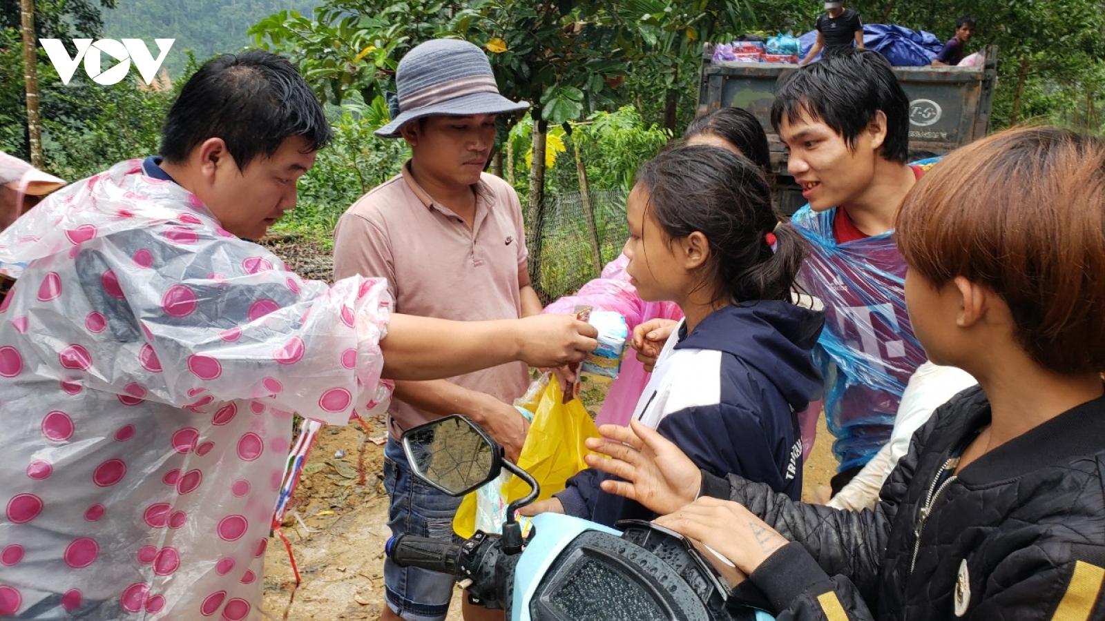 Cứu trợ người dân vùng sạt lở núi Trà Leng