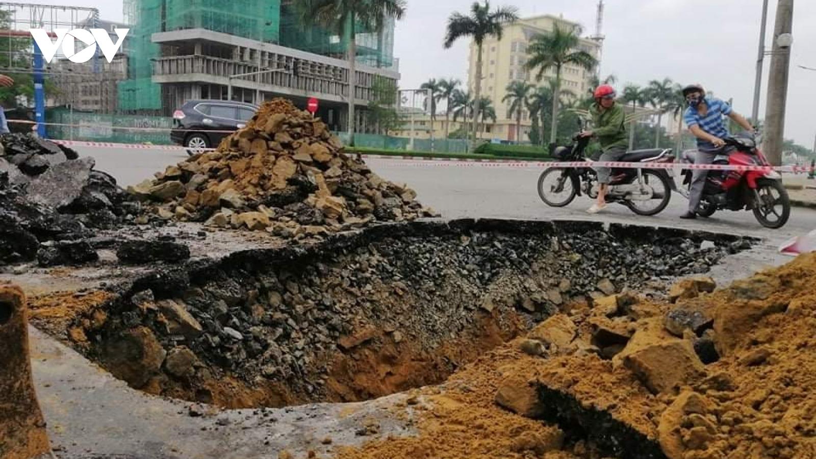"""""""Hố tử thần"""" xuất hiện ngay tại ngã tư đường ở TP Vinh sau mưa lớn"""