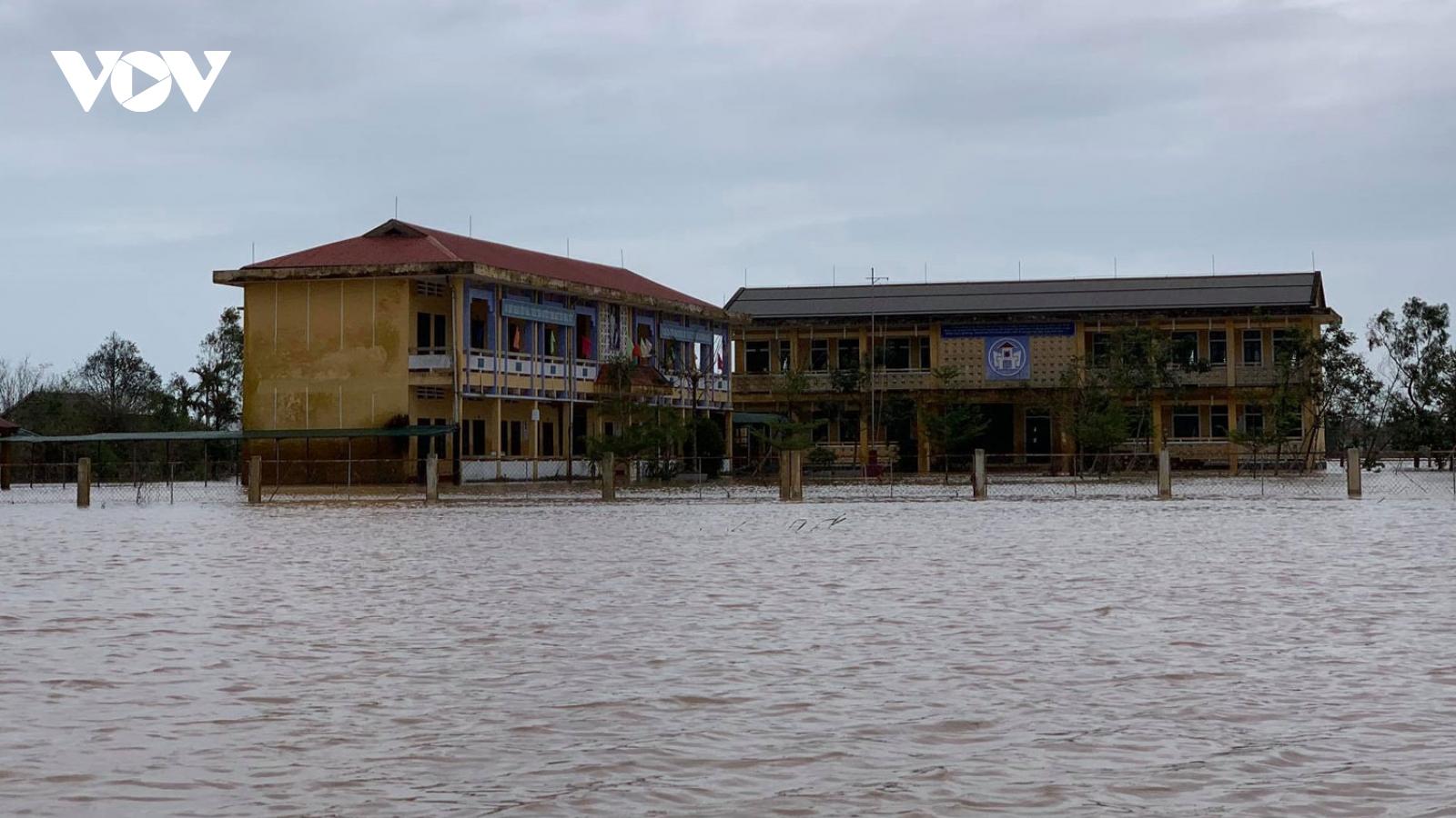 Nhiều nơi ở Thừa Thiên Huế ngập nặng, chia cắt