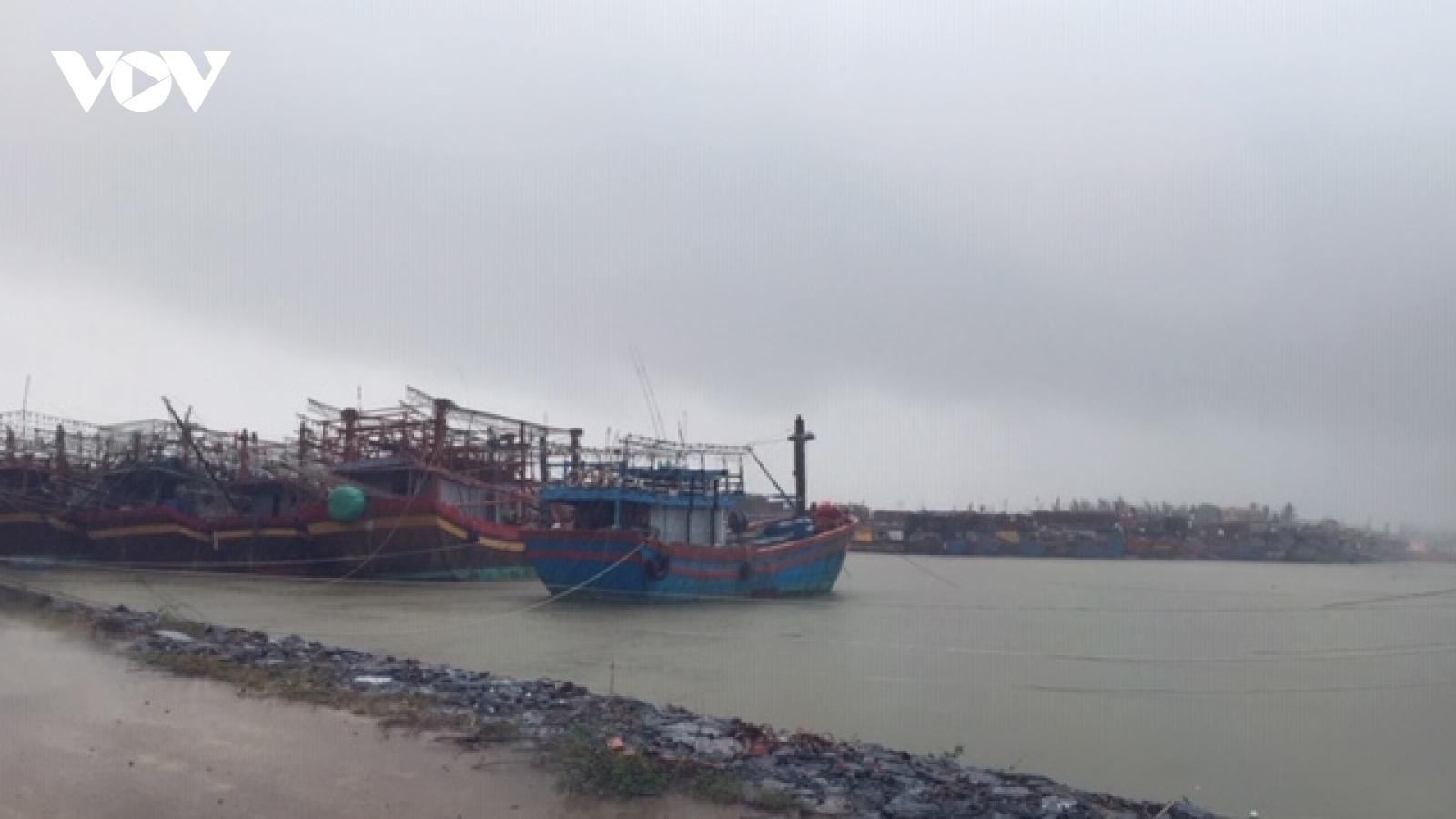 Dù bão số13 suy yếu, hơn 47.000 dân Quảng Bình vẫn chưa được về nhà