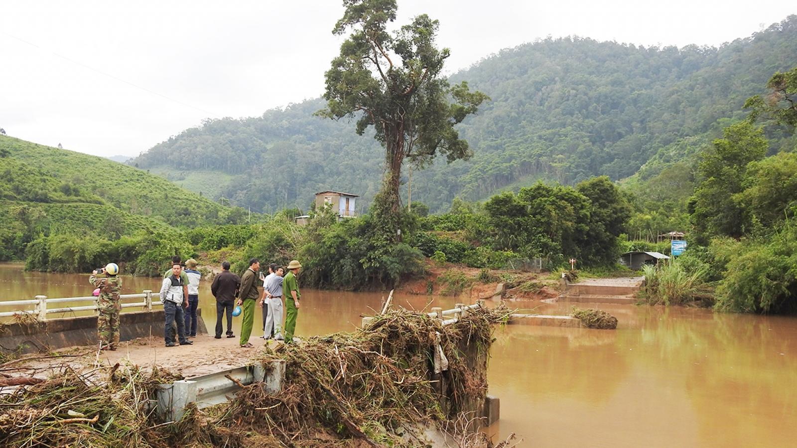 Bộ Giao thông Vận tải điều dầm cầu khắc phục cô lập sau bão số 9 ở Kon Tum