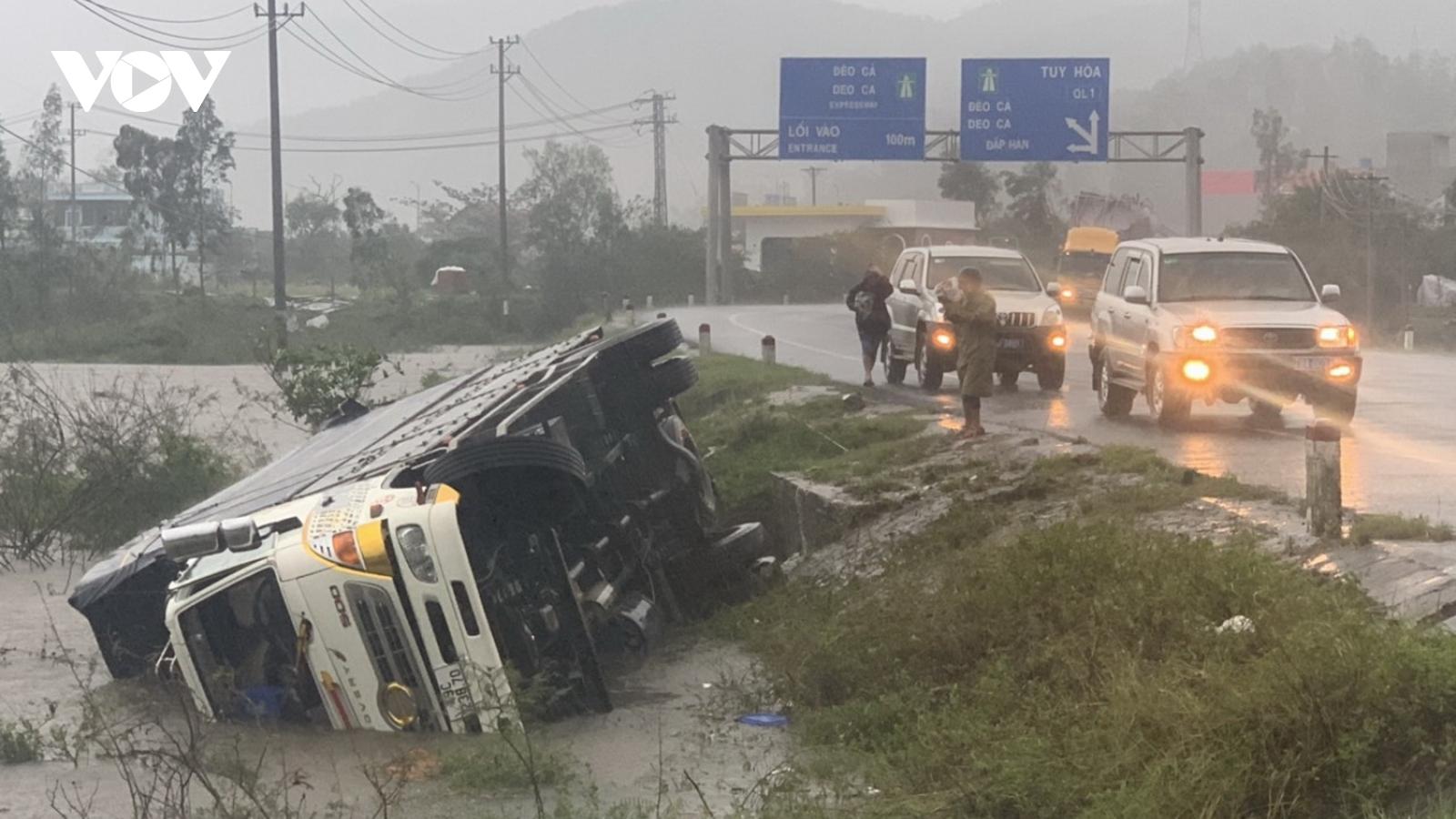 Bão số 12 gây mưa lớn, nhiều nhà tốc mái, mất điện trên diện rộng ở Phú Yên