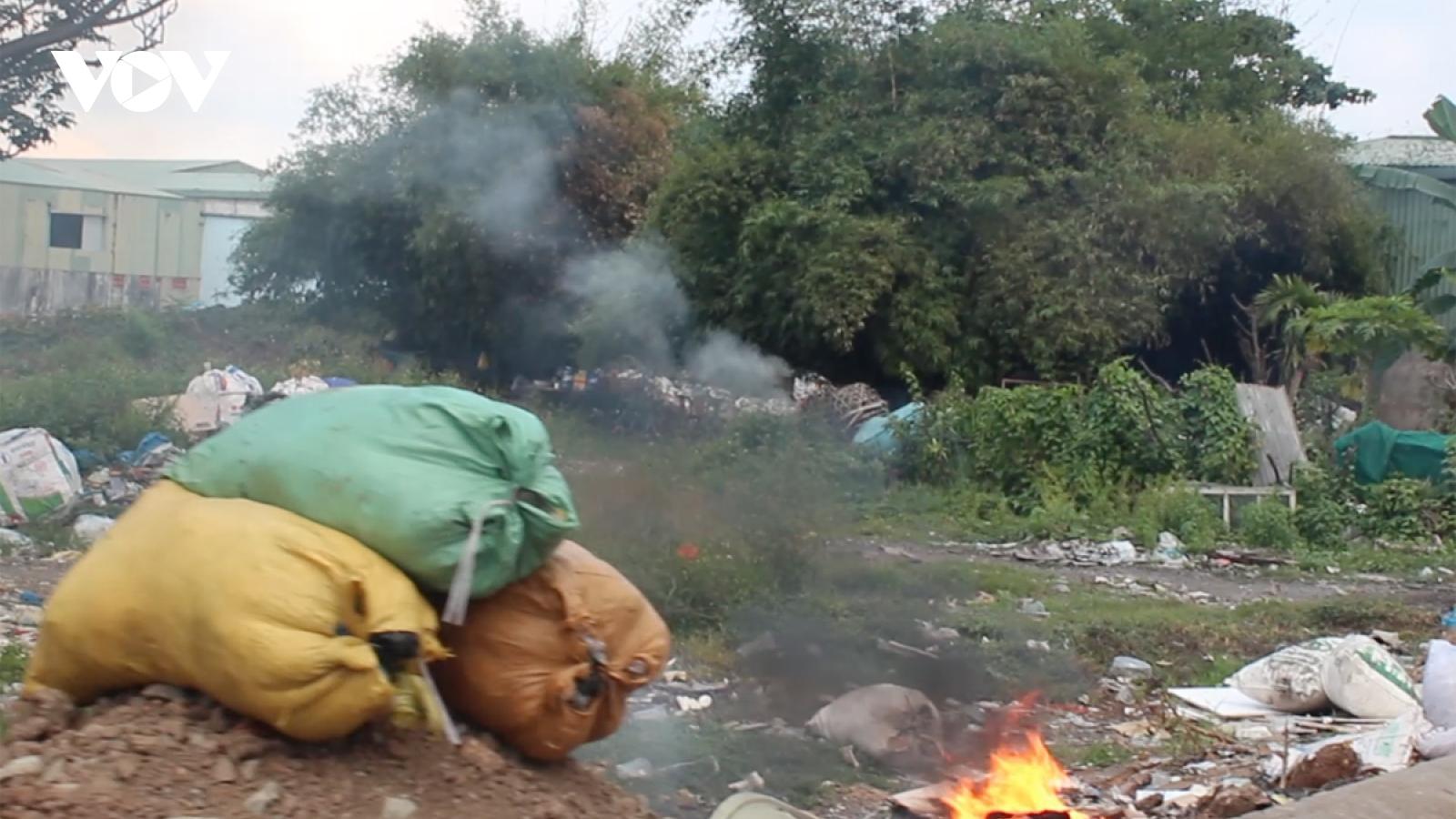 Bãi tập kết rác gây ô nhiễm trong khu dân cư ở TPHCM