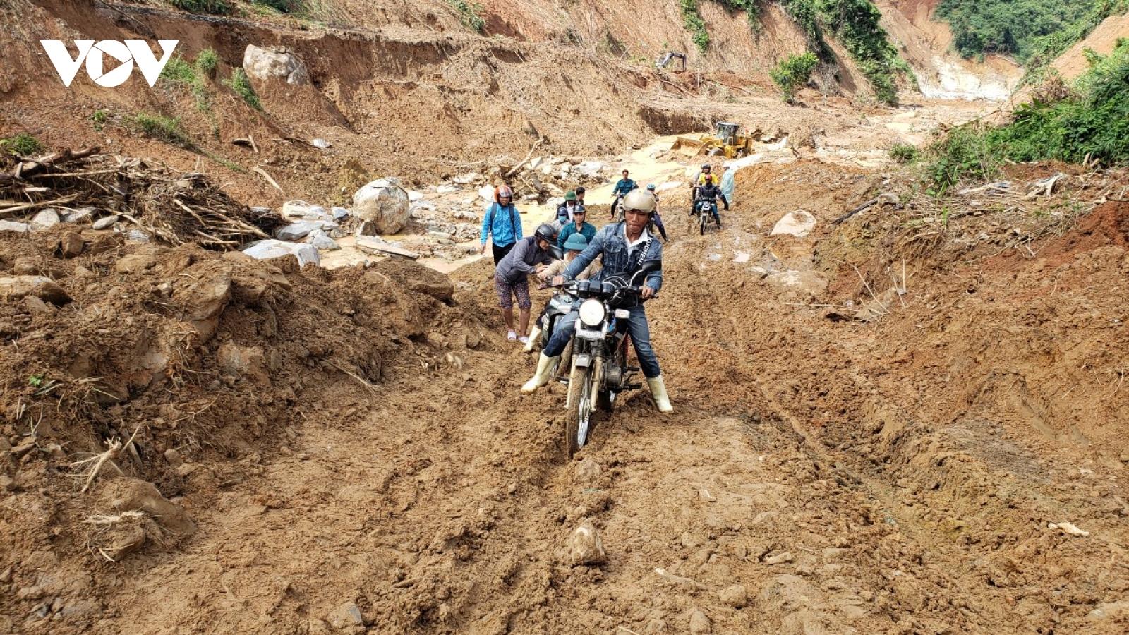 Quảng Nam nỗ lực thông đường vào những nơi bị cô lập sau mưa bão