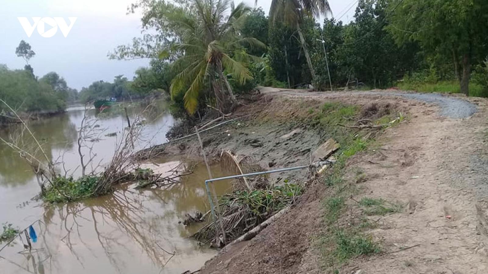Triều cường, mưa to gây ra hàng chục điểm sạt lở tại huyện Cái Bè (Tiền Giang)