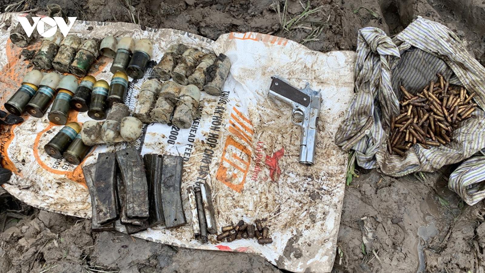 An Giang: Người dân phát hiện nhiều đạn và súng dưới lòng đất