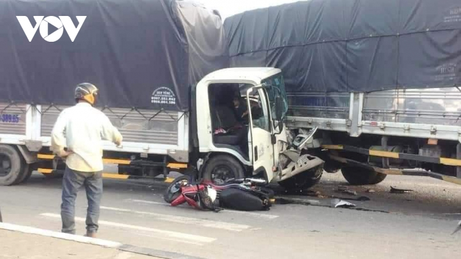 Container lao vào dòng xe đang chờ đèn đỏ gây tai nạn liên hoàn