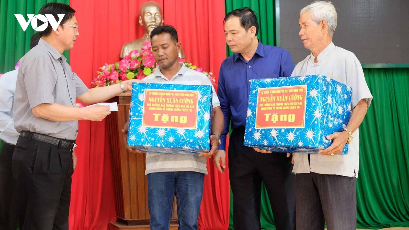 Bình Định tặng sổ tiết kiệm cho thân nhân các gia đình ngư dân mất tích trên biển