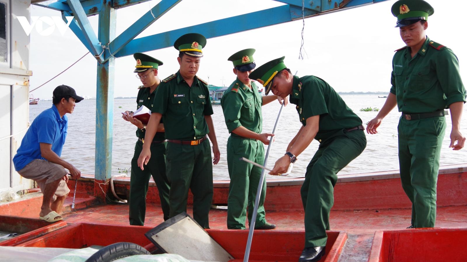 Bắt tàu cá vận chuyển khoảng 20.000 lít dầu lậu