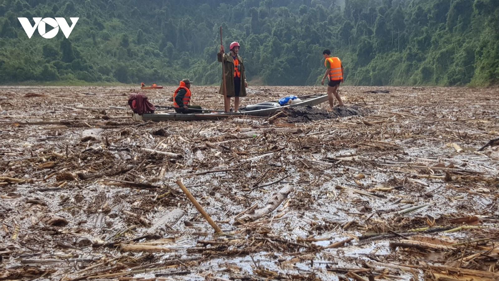 Tiếp tục tìm kiếm nạn nhân mất tích do sạt lở đất ở Nam Trà My và Phước Sơn
