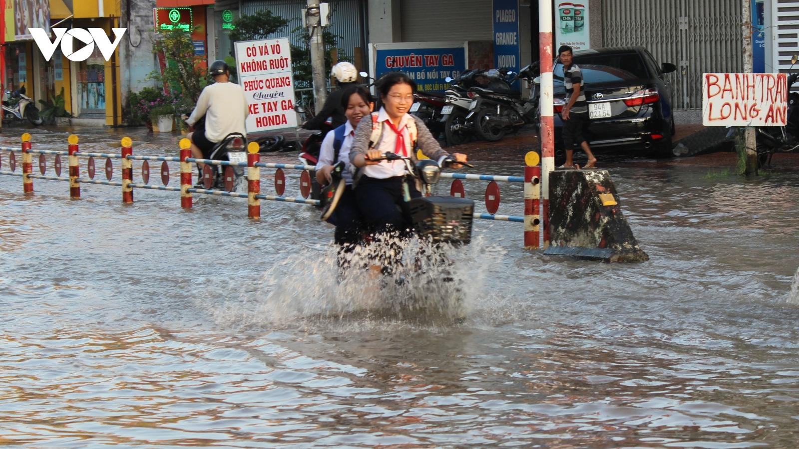 Triều cường dâng cao tại Cần Thơ, nhiều tuyến đường ngập sâu