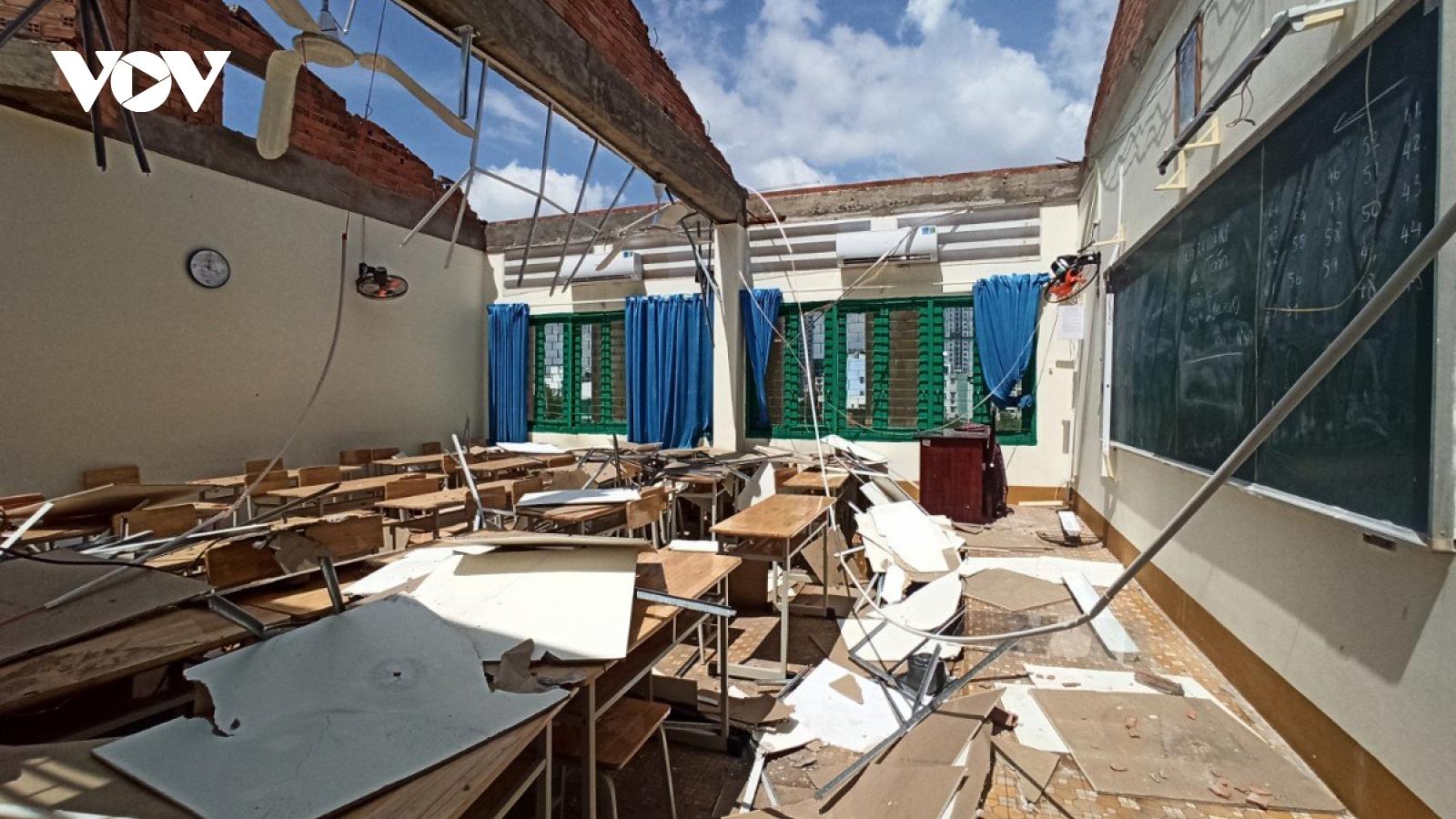 Trường học sập mái do lốc ở TPHCM, học sinh chưa thể đi học trở lại