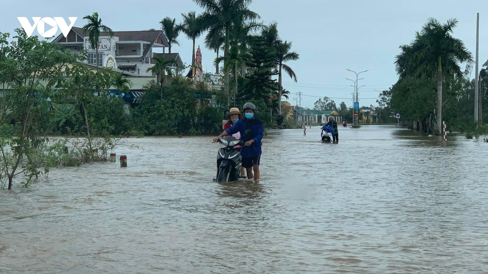 Ảnh: Thừa Thiên Huế ngập nặng, giao thông chia cắt