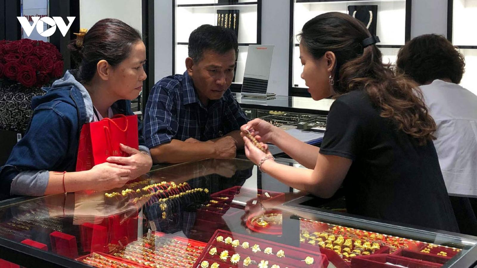 Giá vàng giảm sâu, người cầm vàng mất hơn 600.000 đồng/lượng chỉ trong 2 ngày