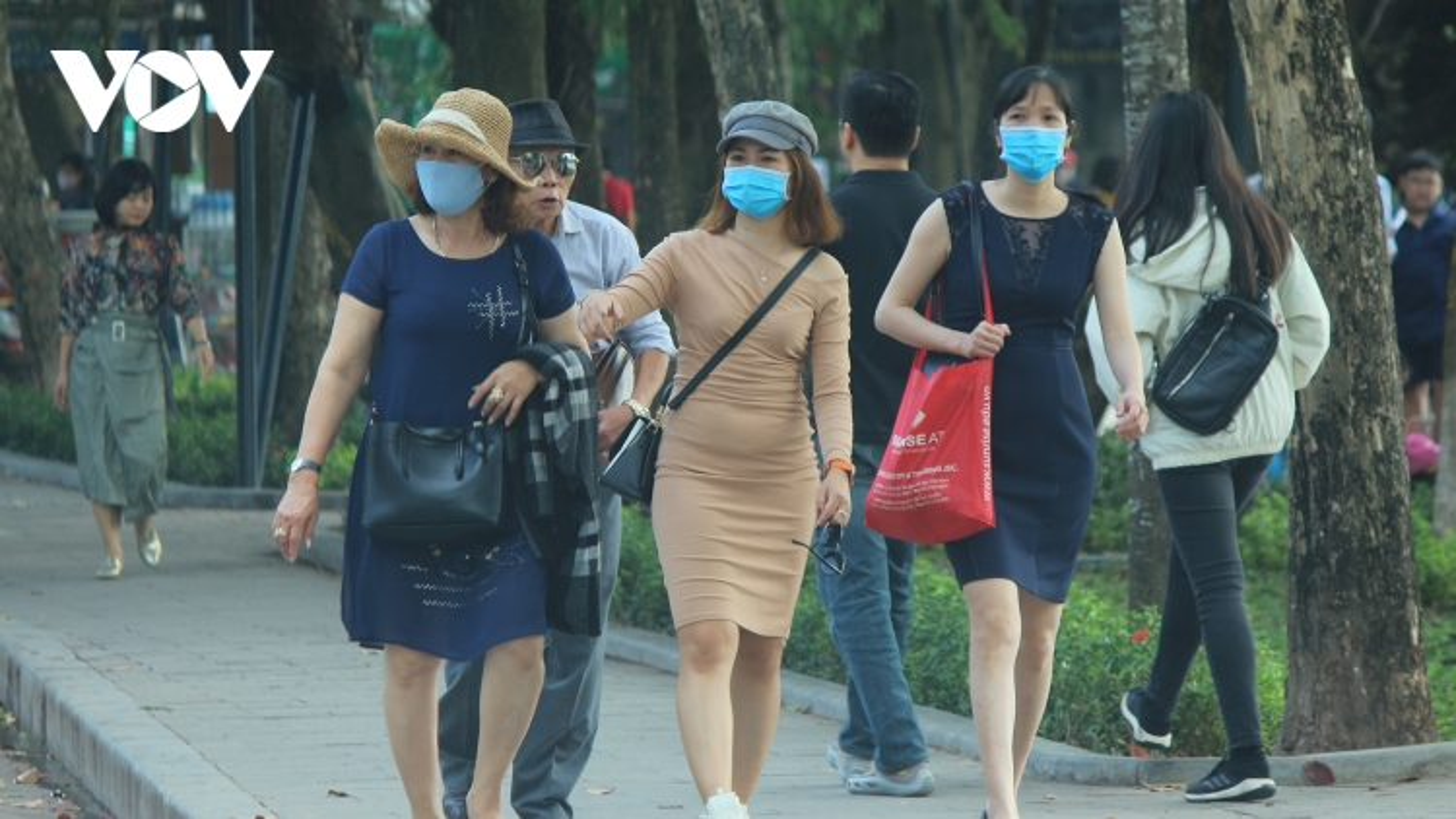 Rất khó thực hiện phạt người không đeo khẩu trang nơi công cộng
