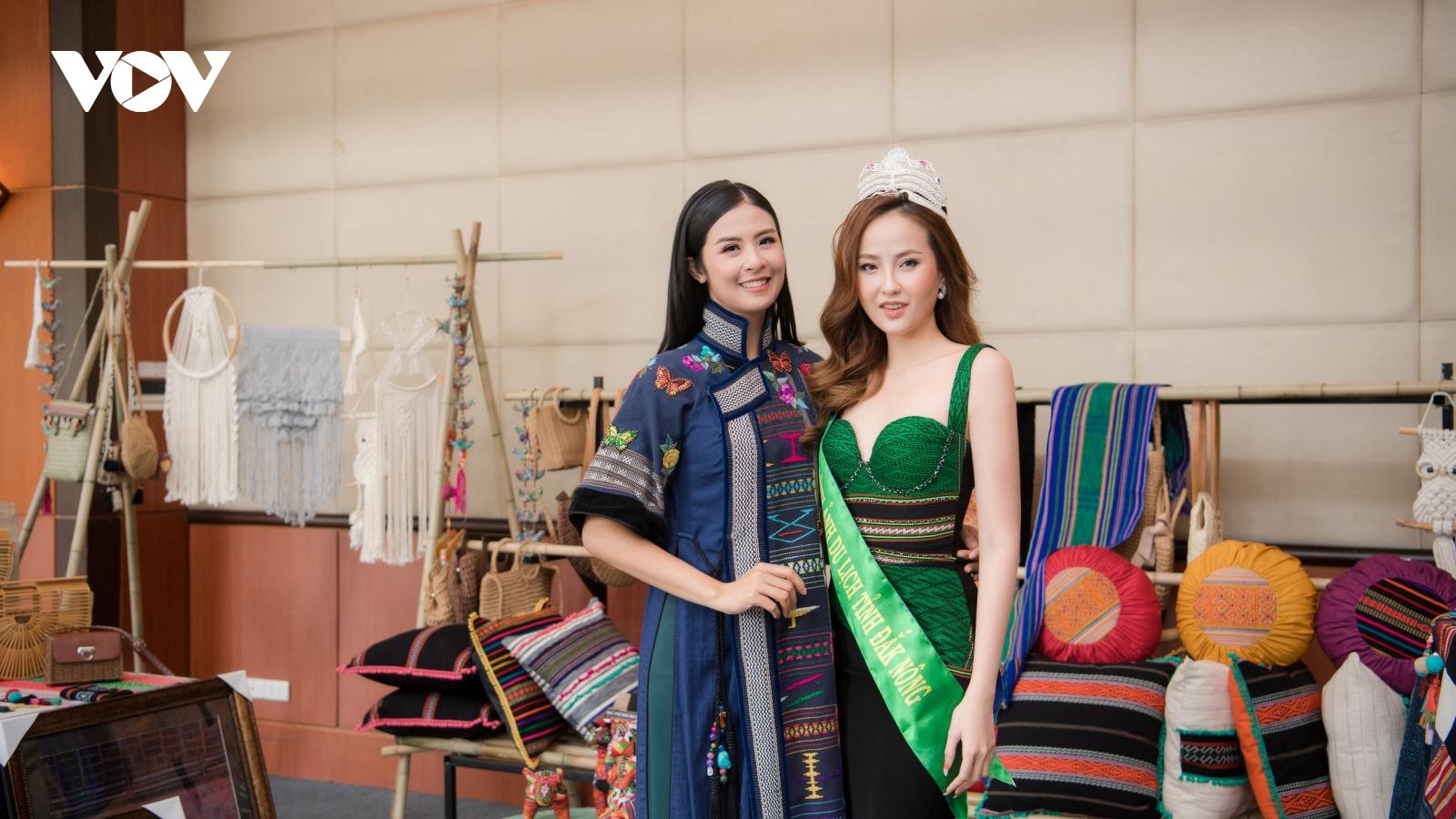 Hoa hậu Ngọc Hân diện áo dài thổ cẩm hội ngộ Hoa khôi Du lịch Khánh Ngân