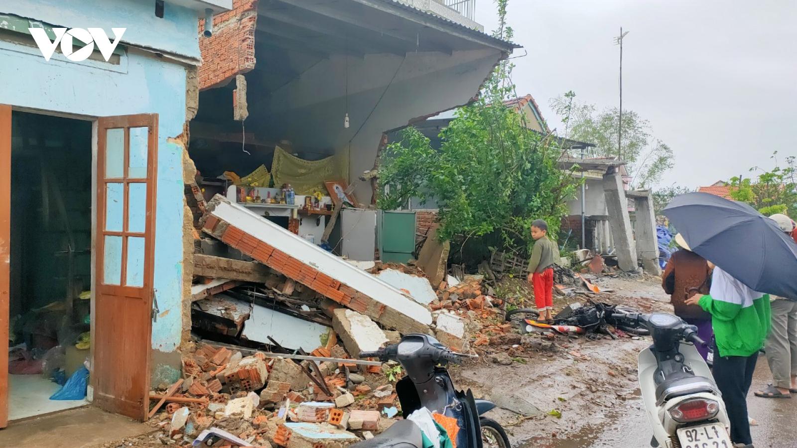 Xe container mất lái, tông vào 7 nhà dân ở Quảng Nam