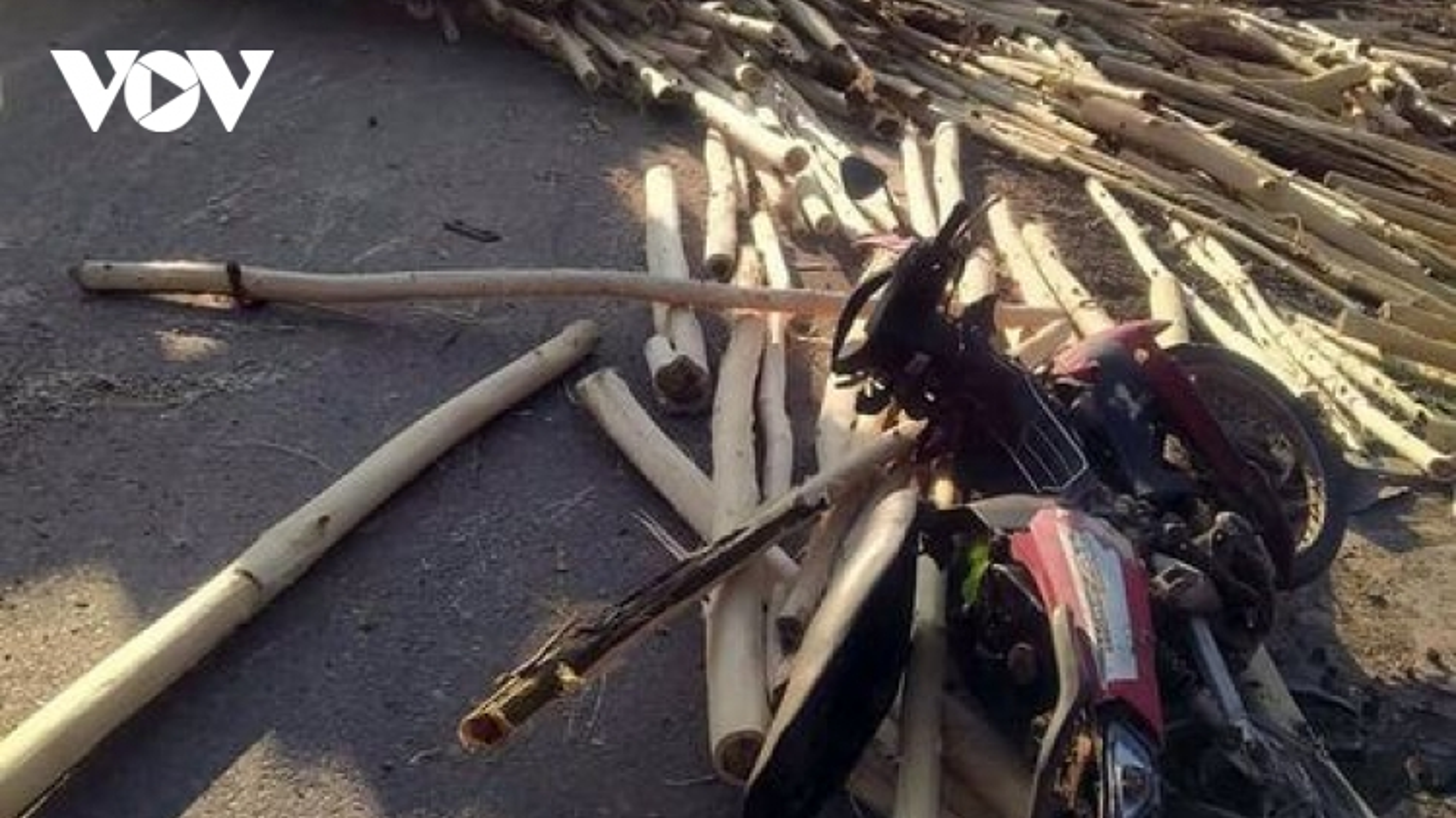 Lật xe tải chở gỗ khiến một người bị thương nặng
