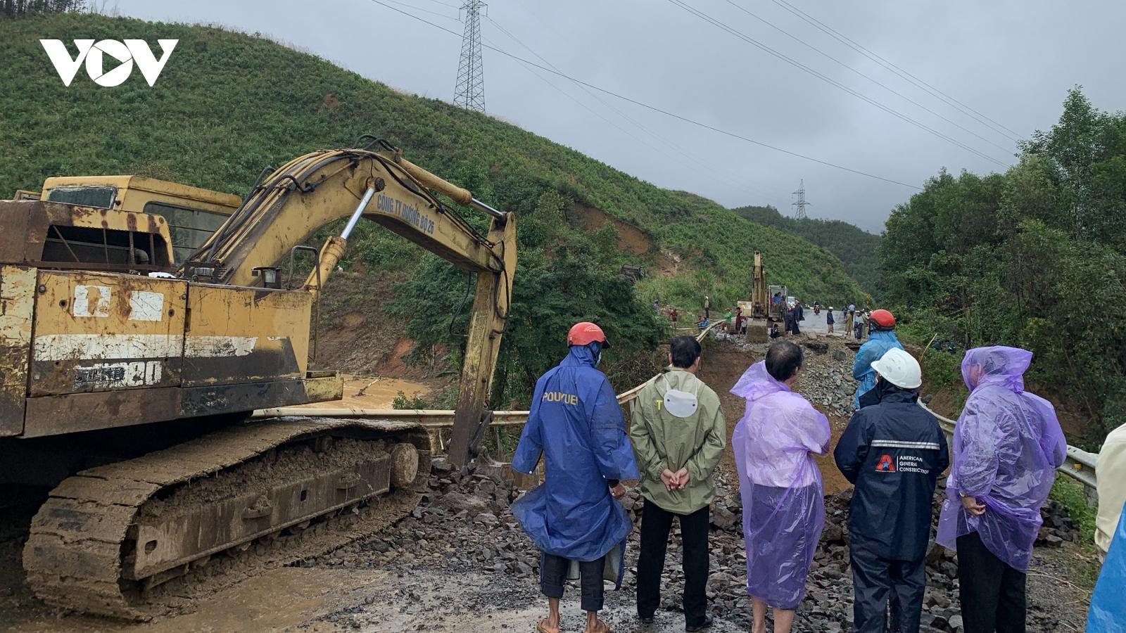 Lũ kinh hoàng cuốn trôi đường nối Đắk Lắk với Khánh Hòa