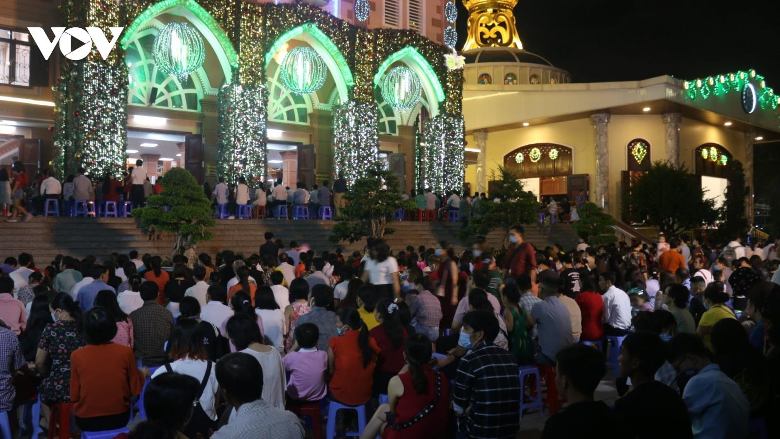 TPHCM đông vui, nhộn nhịp trong đêm Giáng sinh