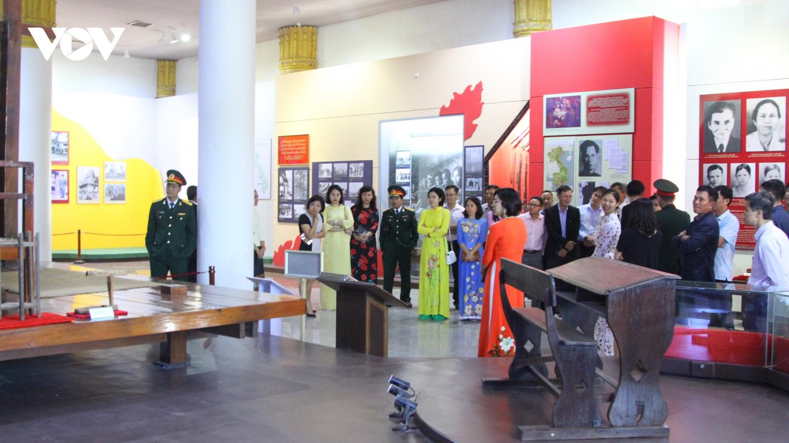 Đại sứ quán Việt Nam tại Lào dâng hương nhân 100 năm ngày sinh Chủ tịch Kaysone Phomvihan
