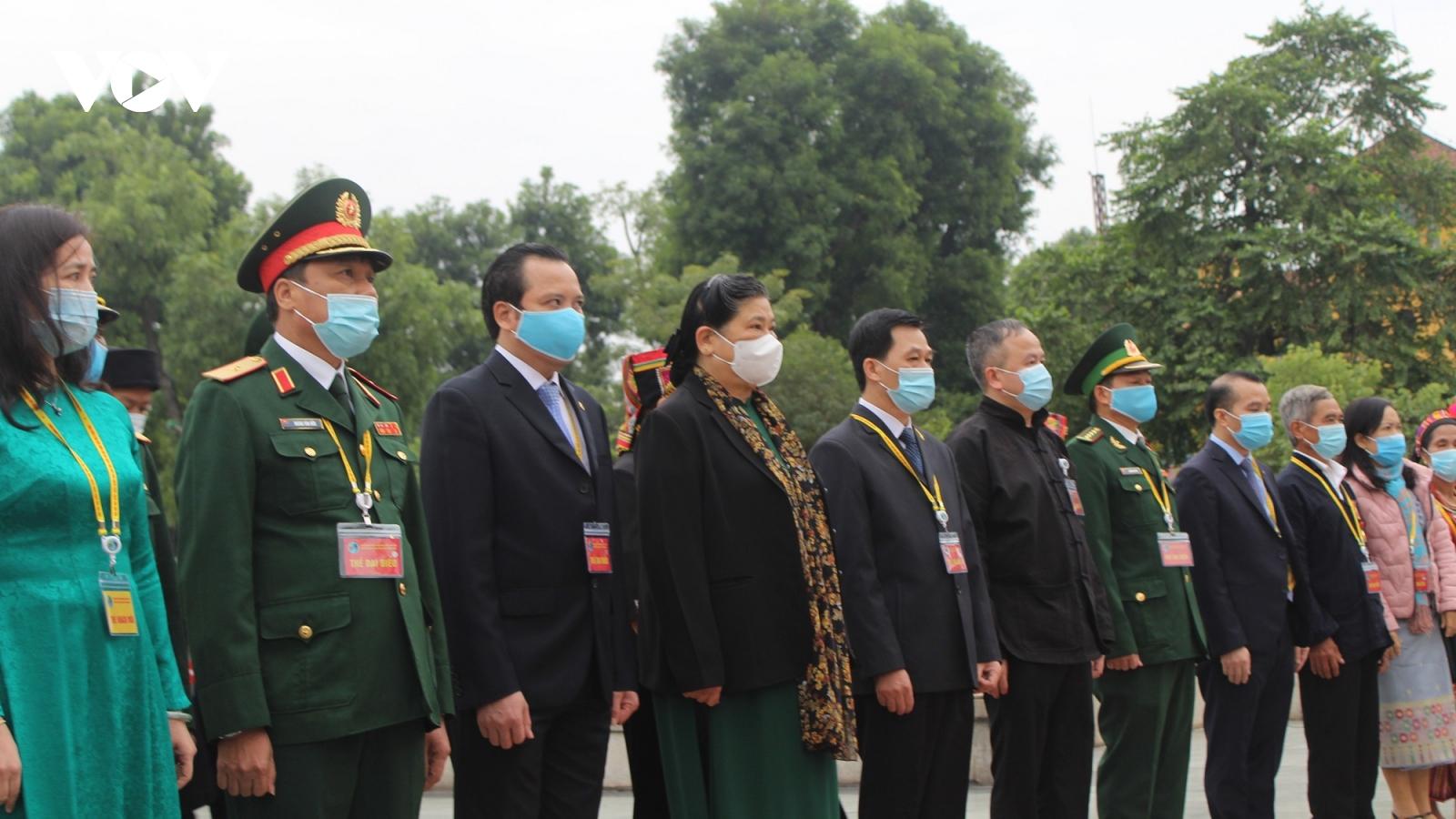 Đoàn đại biểu các dân tộc thiểu số vào Lăng viếng Bác