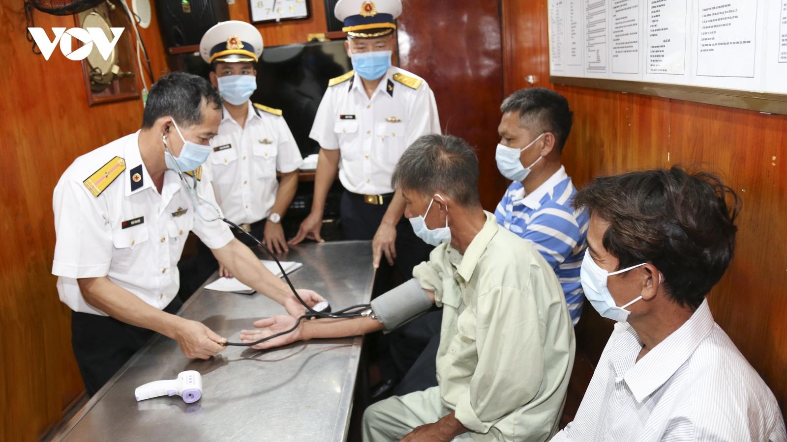 Quân Cảng Sài Gòn cứu nạn và đưa 14 ngư dân về đất liền an toàn