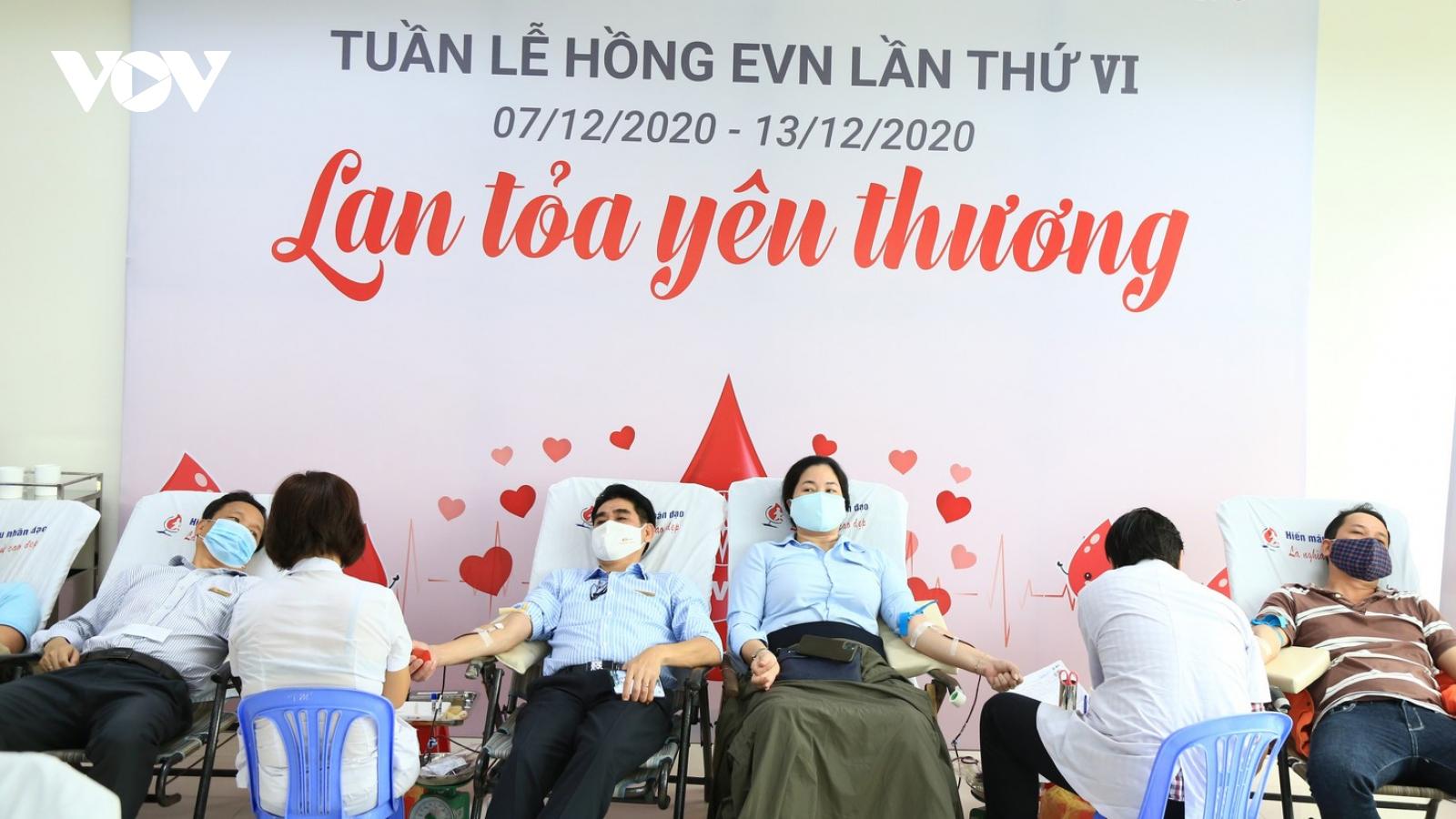"""Hơn 450 người tham gia hiến máu trong """"Tuần lễ hồng EVN lần VI khu vực Đà Nẵng"""""""
