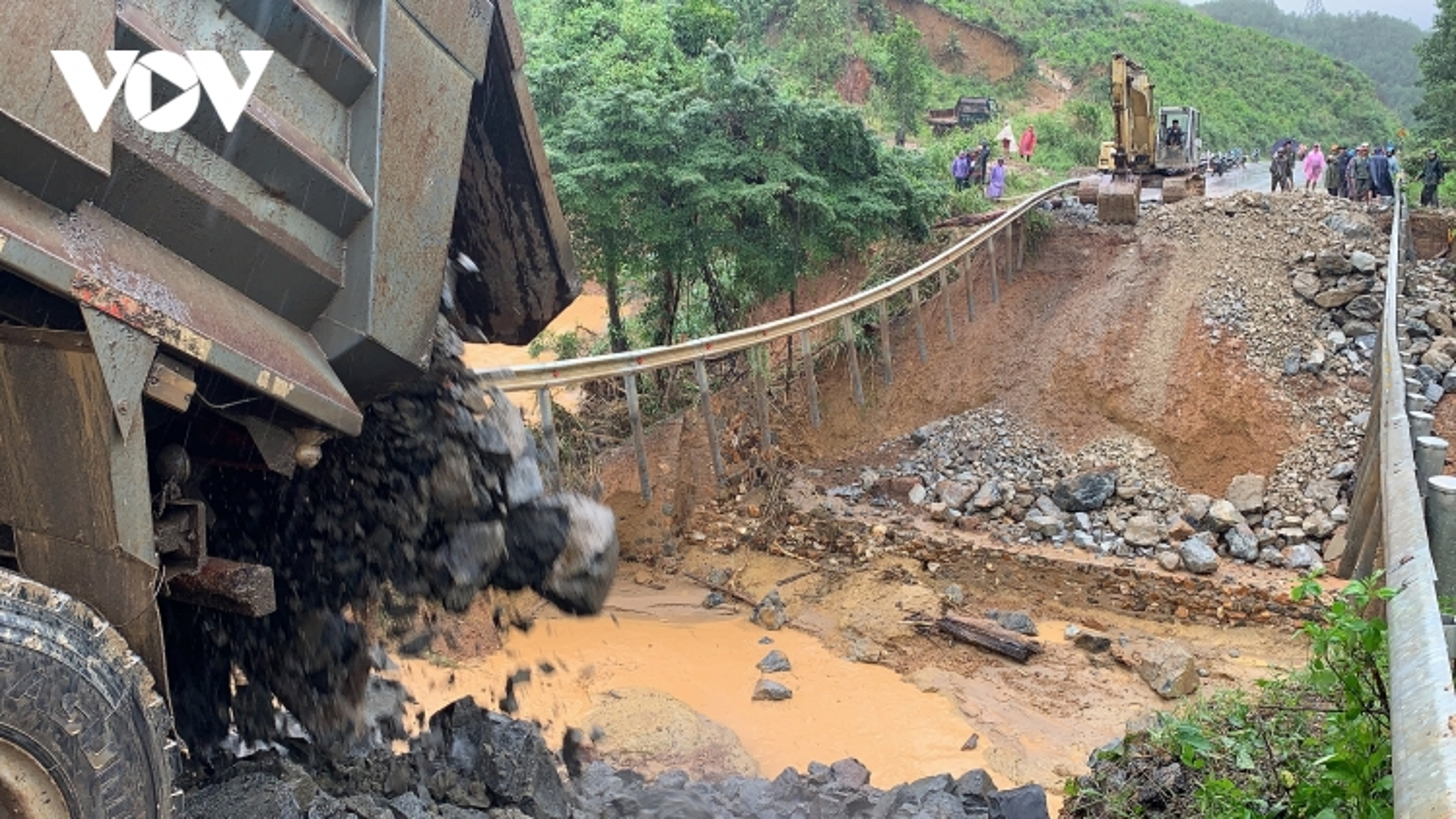 Quốc lộ 26 nối Đắk Lắk – Khánh Hoà bị chia cách vì nước lũ cuốn trôi đường