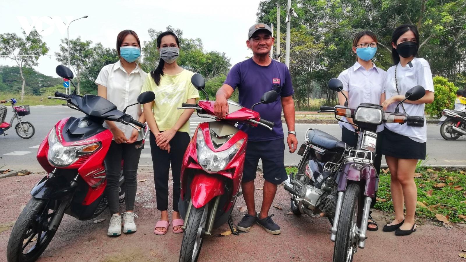 """Ông Minh """"cô đơn"""" dùng tiền được ủng hộ mua tặng xe máy cho sinh viên nghèo"""