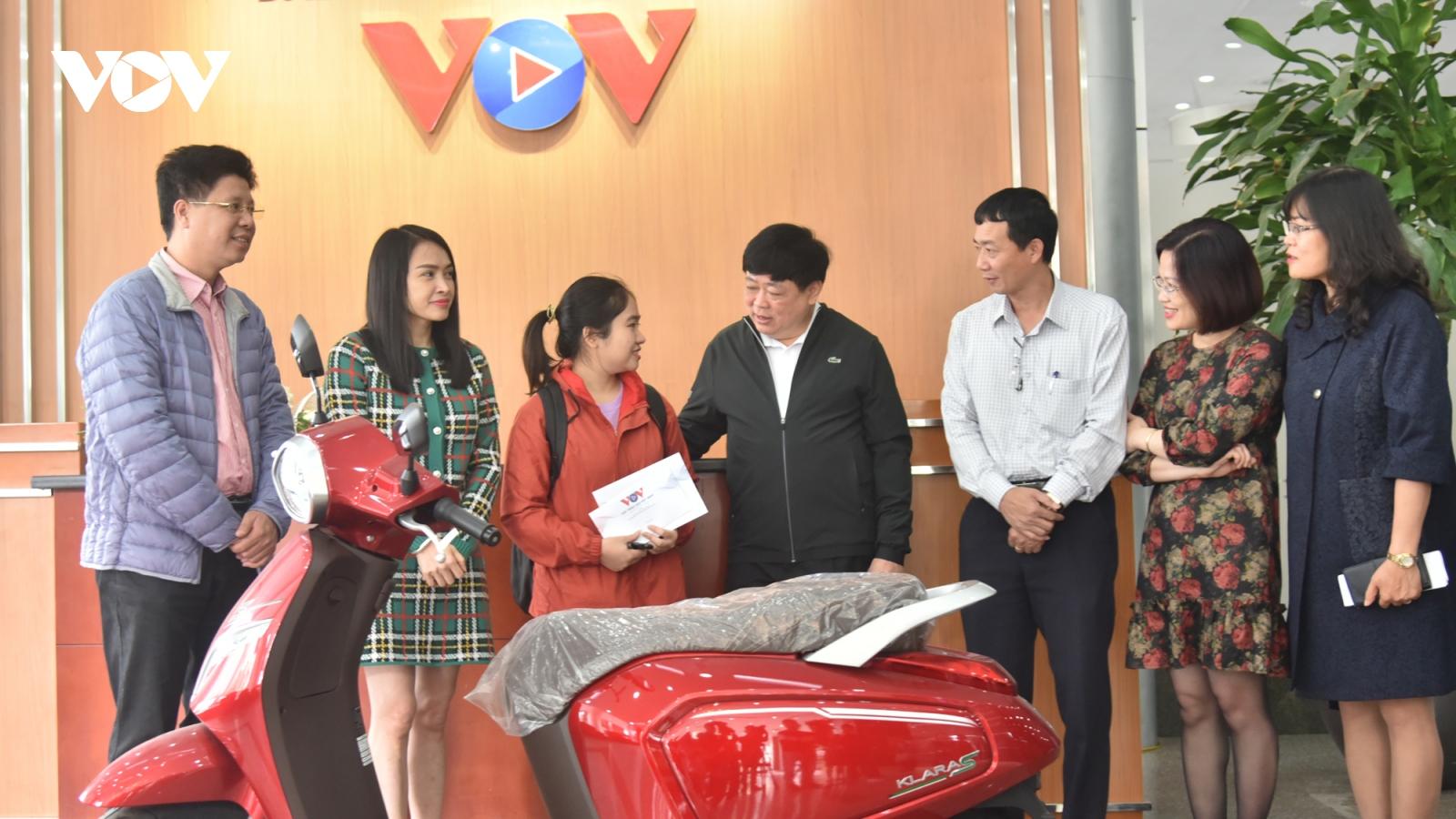 VOV trao tặng xe máy điện Vinfast cho sinh viên miền Trung có hoàn cảnh khó khăn