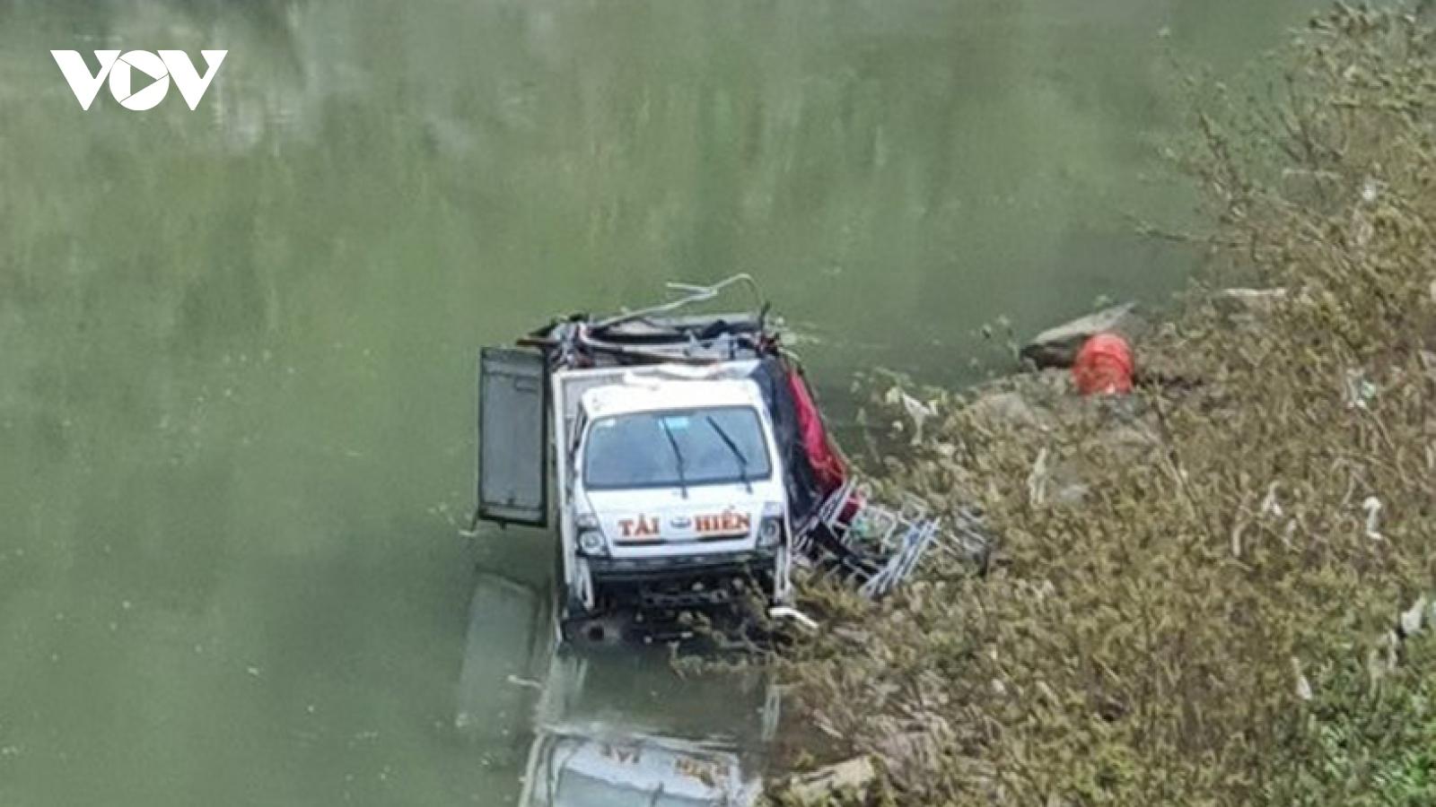Xe tải chở 3 người lao xuống sông trong thời tiết lạnh giá