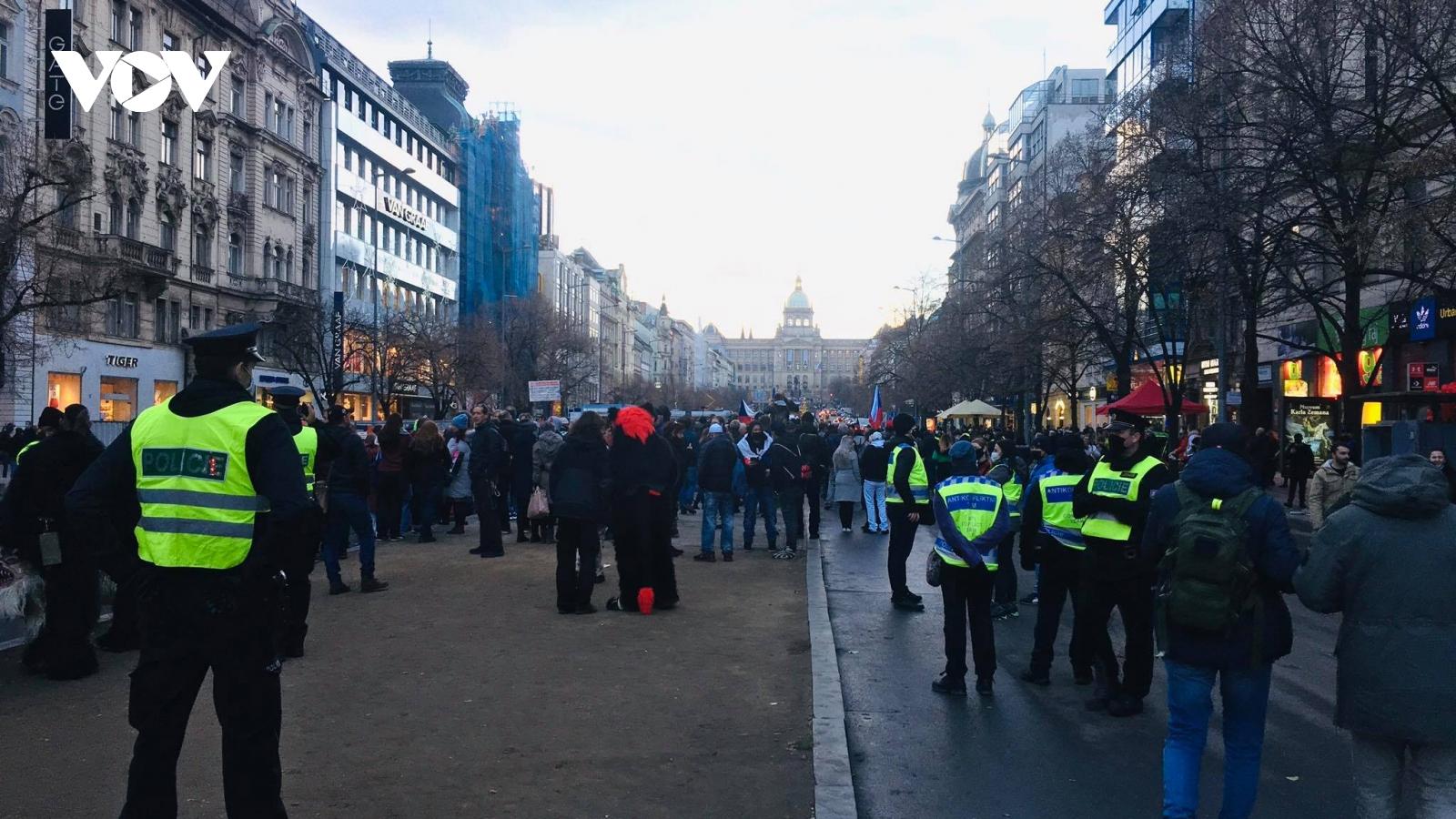 Hàng trăm người biểu tình phản đối tạiPraha
