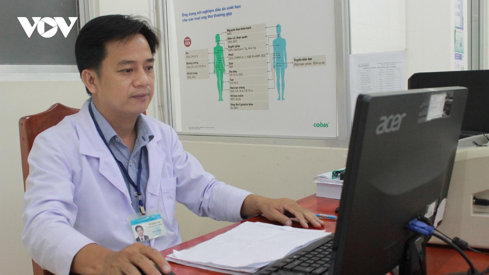 Bác sĩ với sáng chế robot chăm sóc bệnh nhân nhiễm Covid-19