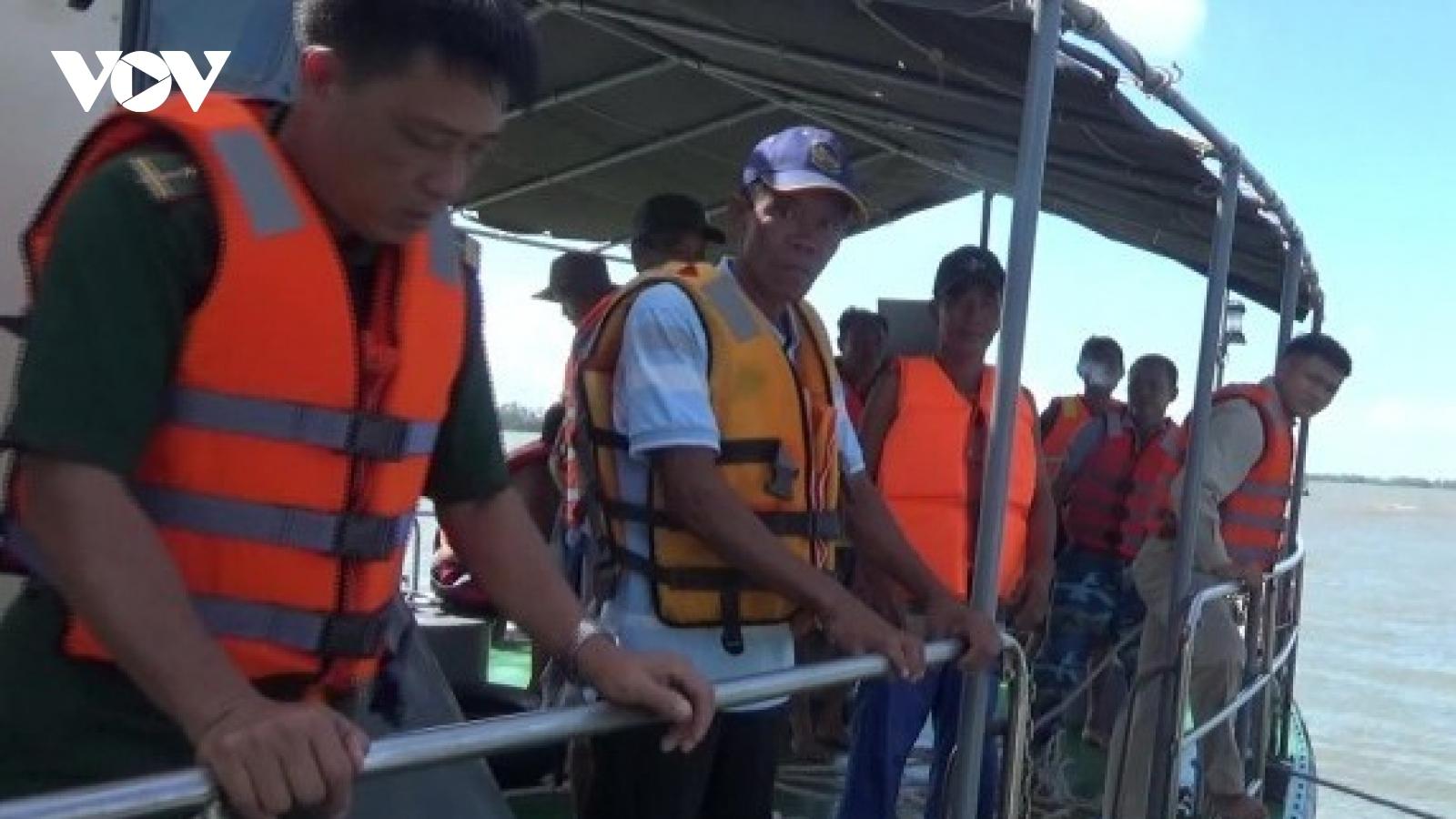 Bộ đội biên phòng cứu 9 ngư dân gặp nạn trên biển