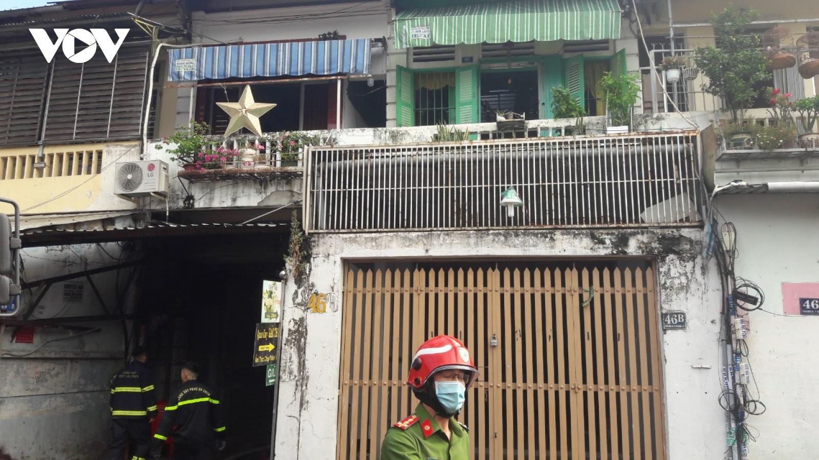 Giải cứu hai người mắc kẹt trong đám cháy ở TP.HCM