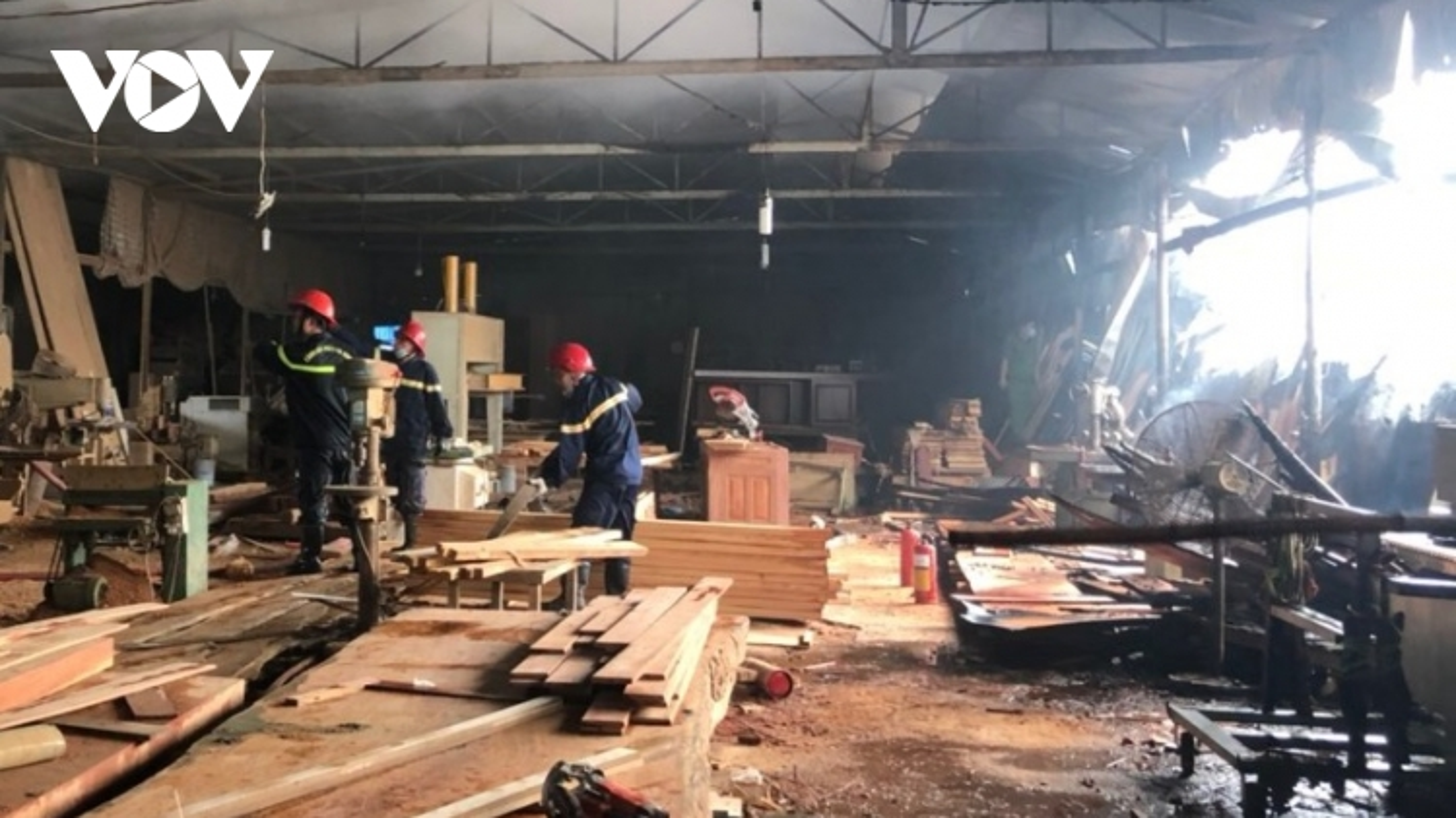 Xưởng gỗ bốc cháy ngùn ngụt ở TPHCM