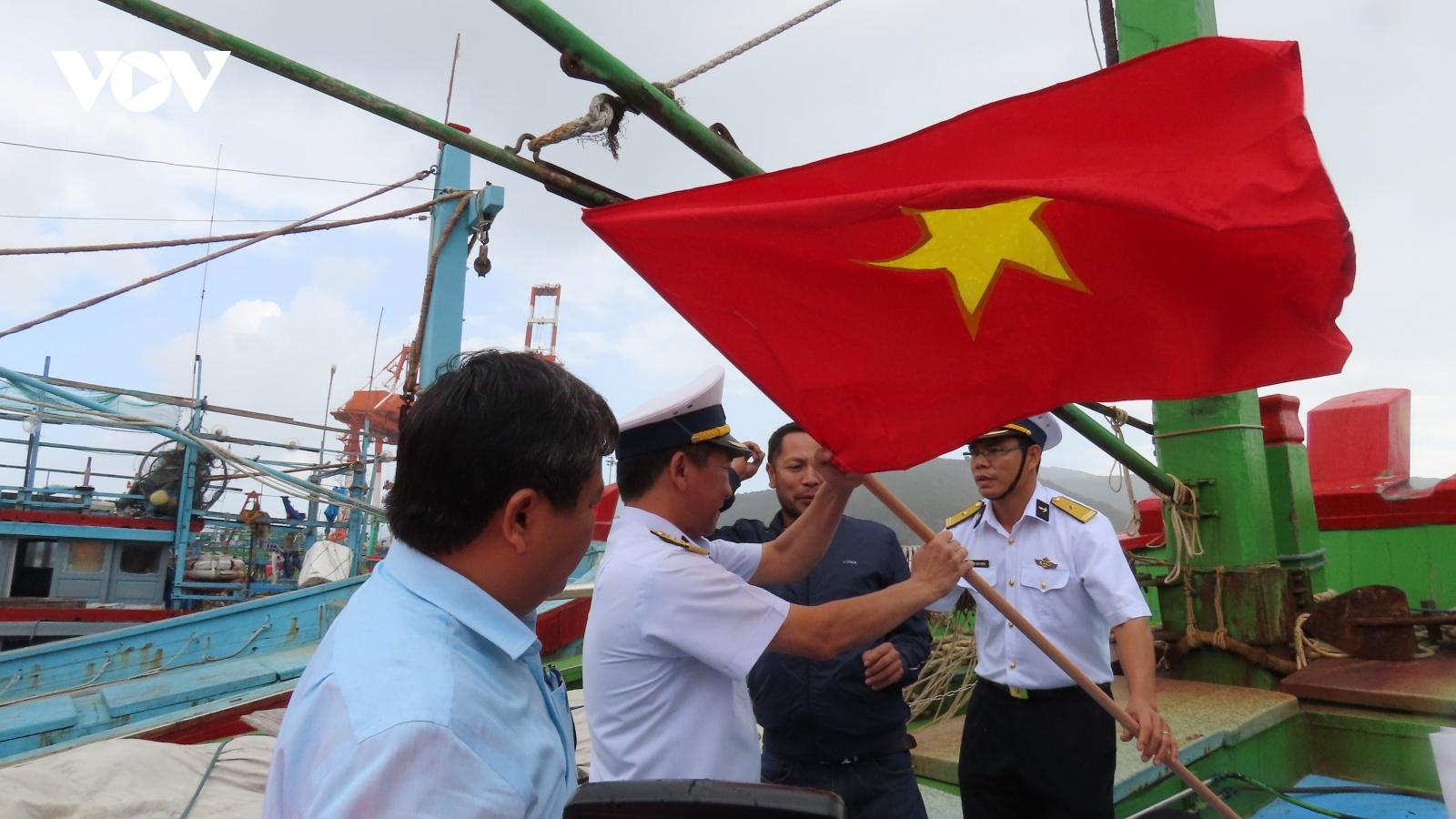 Vùng 4 Hải quân cùng ngư dân Bình Định vươn khơi bám biển