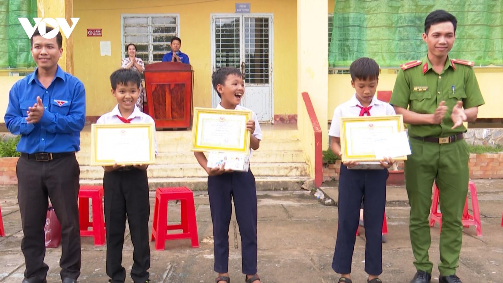Tuyên dương 3 học sinh nhặt được của rơi trả lại người đánh mất