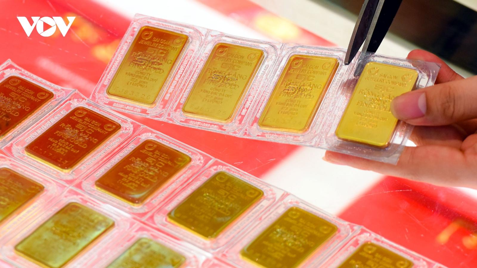 Giá vàng bất ngờ tăng mạnh, vượt mốc 56 triệu đồng/lượng