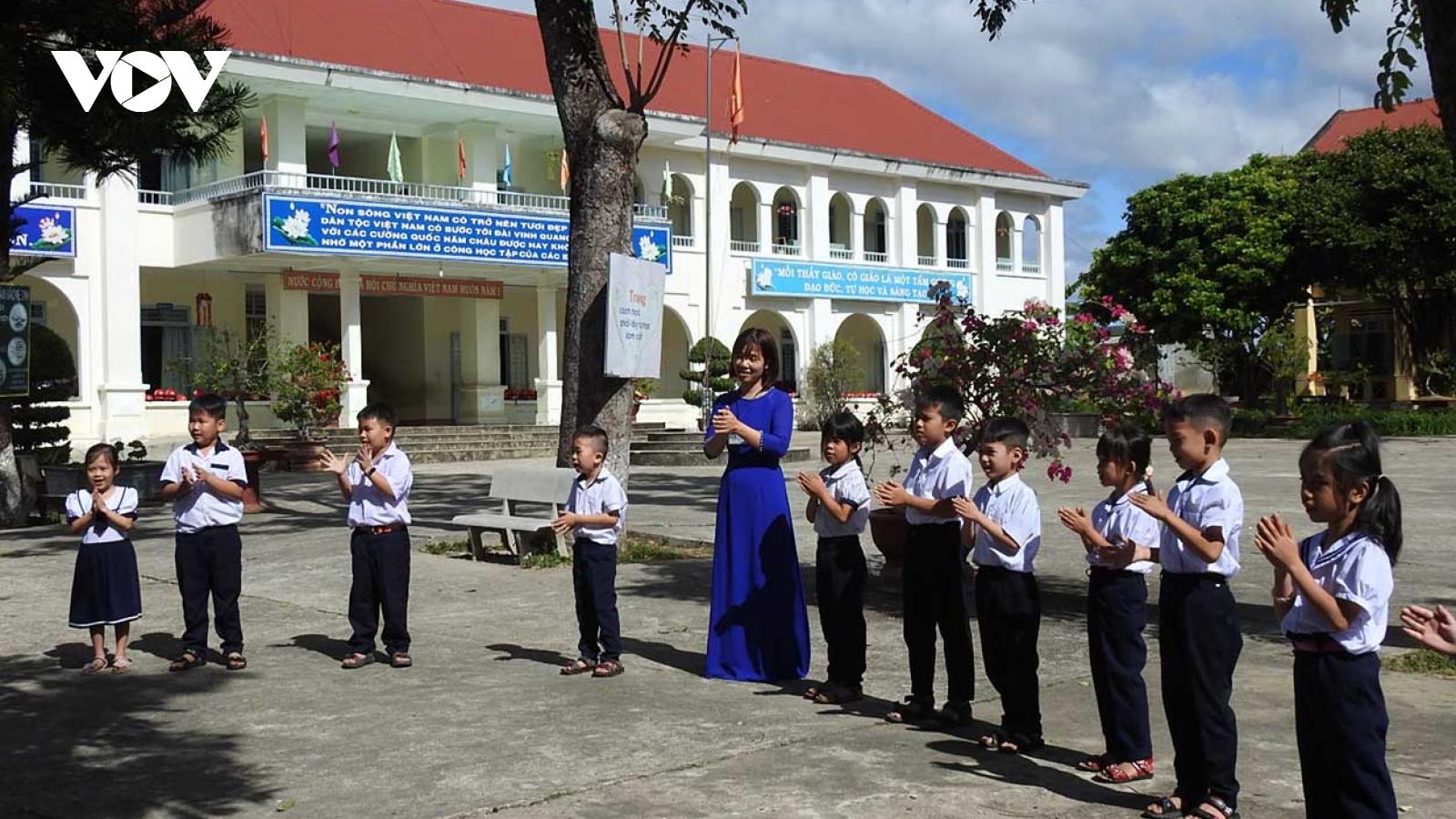 Giáo viên Kon Tum lo lắng khi học sinh lớp 1 vẫn chỉ học 1 buổi/ngày