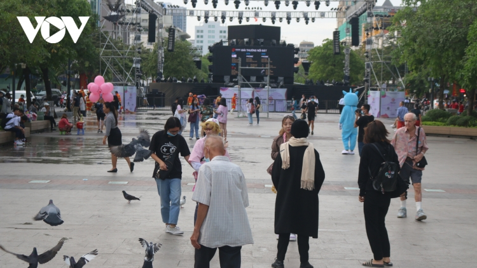 Khu vực trung tâm TPHCM bắt đầu đông người chờ đón năm 2021