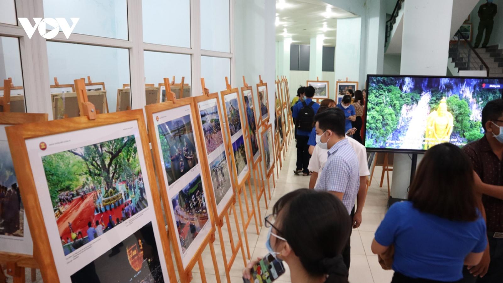 Triển lãm ảnh và phim phóng sự tài liệu về cộng đồng ASEAN