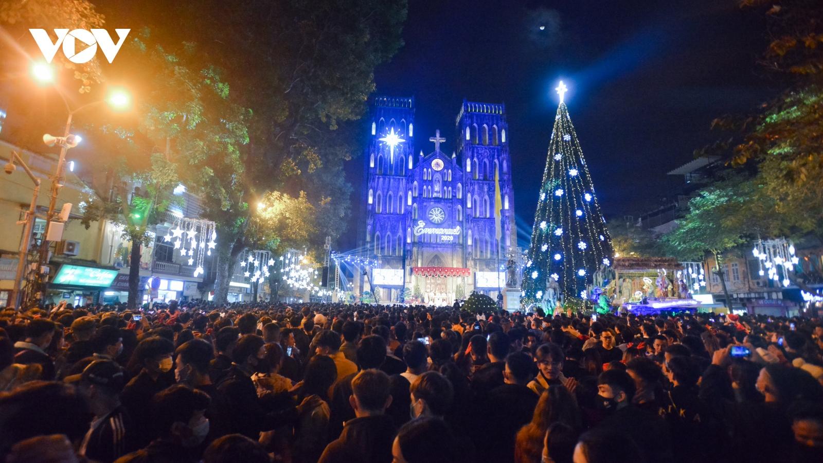Biển người chen chân trước Nhà thờ Lớn Hà Nội trong đêm Giáng sinh