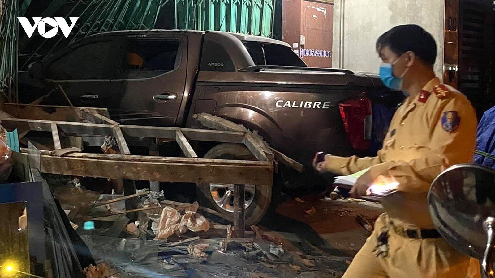 Đà Nẵng: Ô tô bán tải đâm vào nhà dân