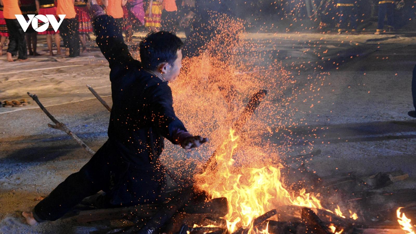 Độc đáo tục nhảy lửa của người Dao đầu bằng Lai Châu
