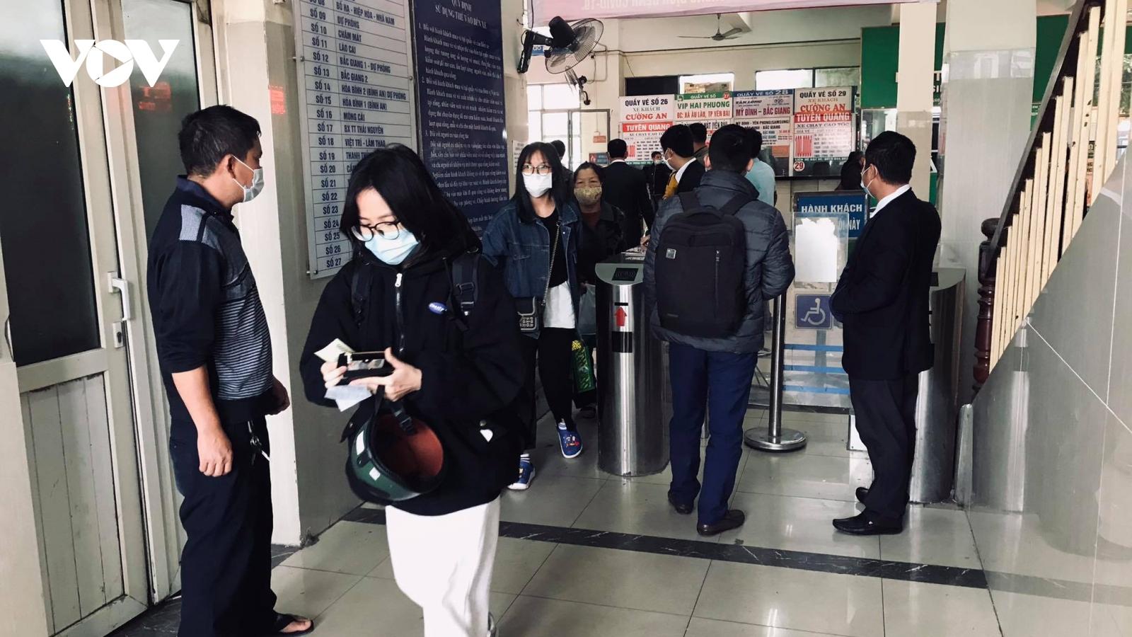 Người dân đổ ra các bến xe rời Hà Nội về quê nghỉ Tết Dương lịch