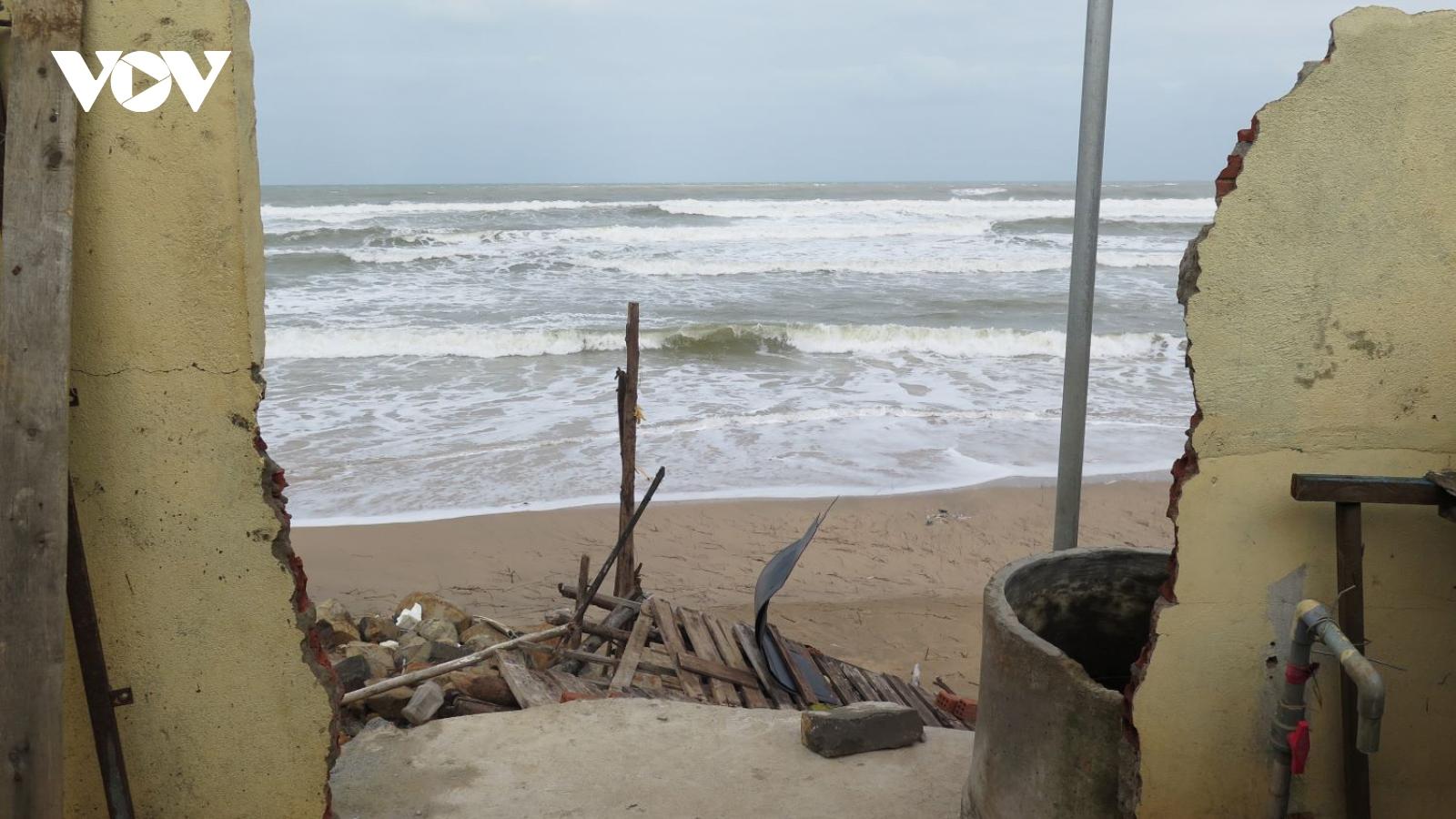 Triều cường đánh sập nhà dân ở Quảng Ngãi