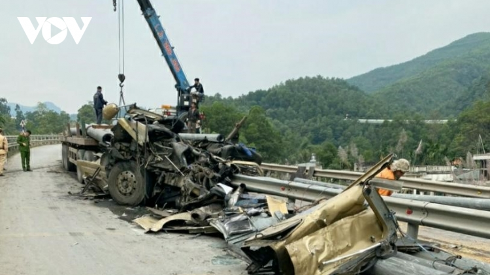 Xe kéo sơmi rơ moóc đâm vào dải phân cách, tài xế tử nạn tại chỗ