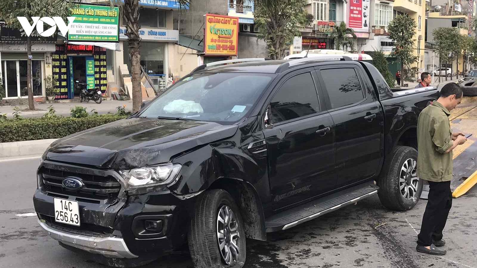 Ô tô mất lái lao qua dải phân cách, tài xế bị thương